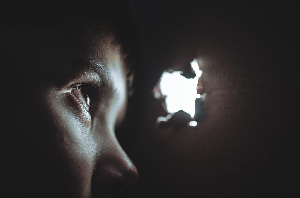 ¿Por qué a veces nos sentimos observados?